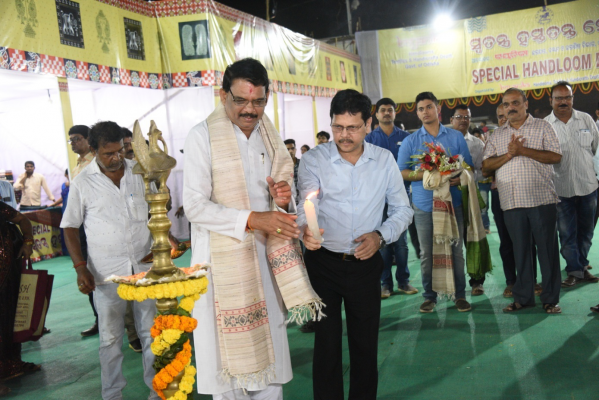 Sri Sesha Kumar Meher, President, Boyanika inauguration the State Level Handloom Expo at Cuttack on12.11.2019 in presence of The Managing Director , Boyanika.