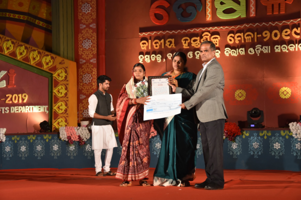 Hon, ble Minister, Handlooms, Textiles & Handicrafts, Odisha felicitating Smt. Nalini Meher, Dist- Subarnapur on 15/12/2019 in Presence of the Commissioner-cum- Secretary to Govt HT&H Dept.