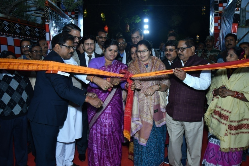 Smt. Padmini Dian,Hon'ble Minister, Handlooms, Textiles & Handicrafts, Odisha Inauguratio0n the National level Handloom Expo at Baragarh on 28/12/2019 .