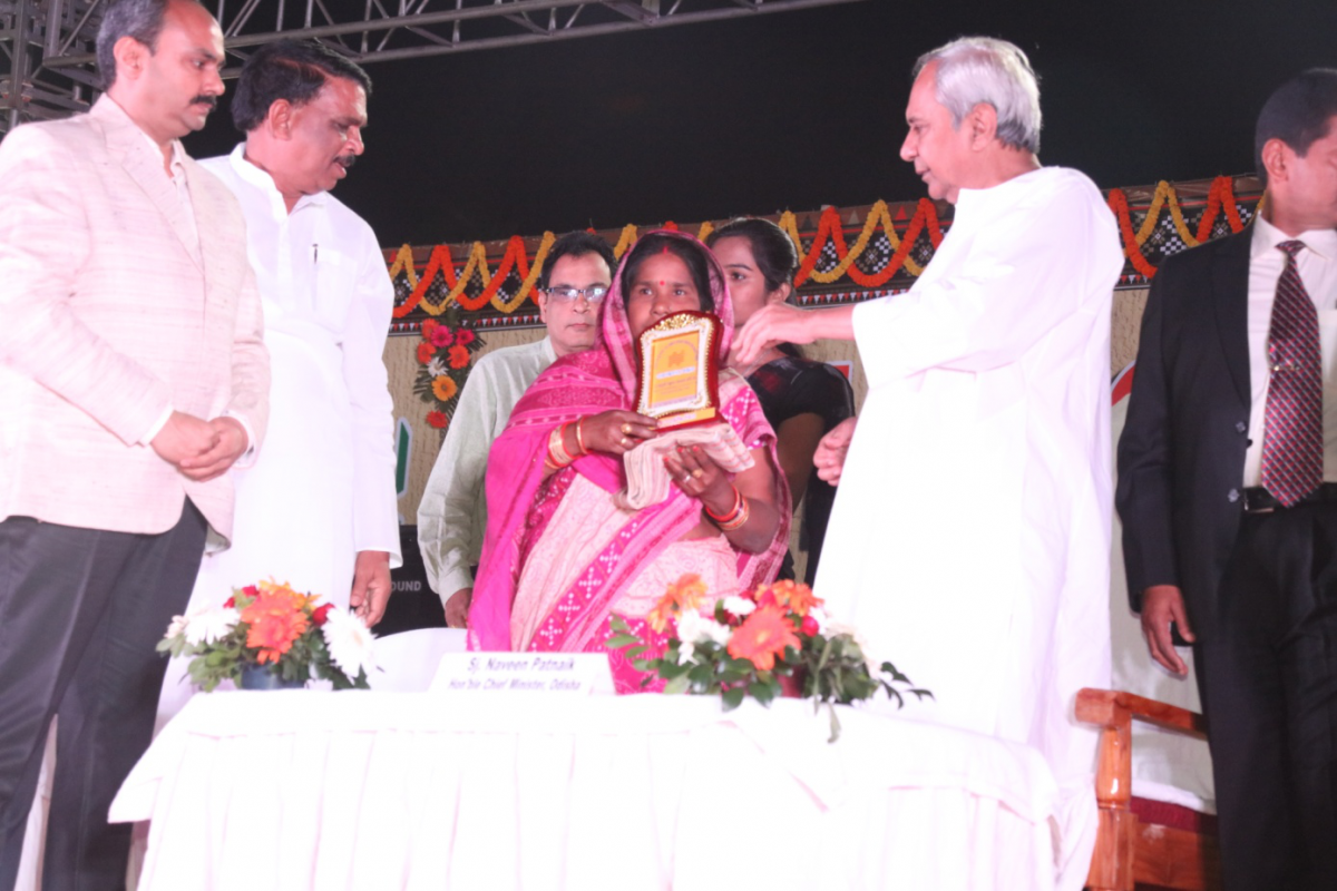 Hon'ble Chief Minister, Odisha awarding the Primary Weavers Co-operative Society completing 75 years service successfully.